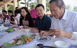 Bộ trưởng Bộ TT&TT mời nhà báo ăn hải sản tại Quảng Bình