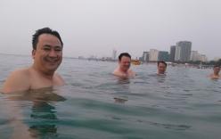 Cán bộ Đà Nẵng đồng loạt tắm biển khẳng định nước không ô nhiễm