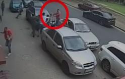Video: Nhà báo ghi hình tai nạn bị kẻ lạ mặt dùng súng tấn công