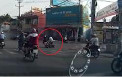 Cô gái nằm đường vì chạy xe thiếu quan sát