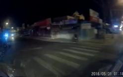 Cùng vượt đèn đỏ trên đường vắng, xe máy lao thẳng vào đuôi ô tô