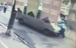Thanh tra giao thông kể giây phút đánh đu sau khi bị hất tung trên nắp capô