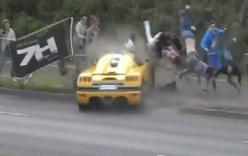 Xe đua mất lái, đâm ngã hàng loạt người tại trường đua