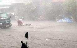 Mưa lớn, gió giật mạnh cuốn nhiều xe máy ở Đồng Nai