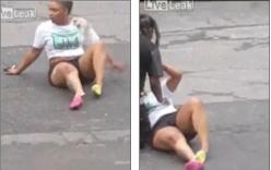 Video cô gái đi đánh ghen bị tình địch lái ô tô đâm gãy chân
