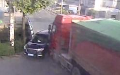 Vượt đèn đỏ ô tô bị xe container đâm bẹp dúm, ba người thoát chết thần kỳ