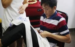 Hoài Linh ngồi khâu áo cho thí sinh trong hậu trường