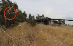 """Video: Thần chết """"ngủ quên"""" khi xe tăng Syria trúng tên lửa"""