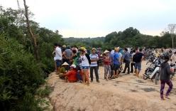 Video: Dân vây kín hiện trường phát hiện ngôi mộ chôn bí ẩn giữa rừng tràm