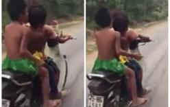 Choáng váng cảnh trẻ em chạy xe máy chở ba, phóng bạt mạng