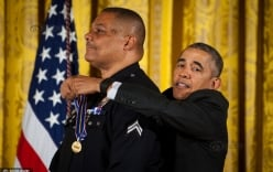 Khoảnh khắc Obama bối rối vì chiều cao