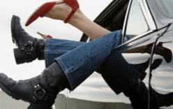 Hưỡng dẫn viên du lịch cưỡng bức nhiều cô gái trên xe ôtô 7 chỗ