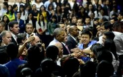 """Tổng thống Obama trong """"vòng vây"""" tạm biệt của hàng  nghìn bạn trẻ Sài Gòn"""
