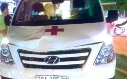 Thiếu nữ bị xe cứu thương hất lên nắp capo