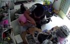 Dí dao vào cổ cô gái cướp iPhone 6S giữa ban ngày