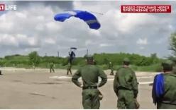Video huấn luyện viên lính dù Nga đáp trật ví trí, làm vỡ kính ô tô của chỉ huy