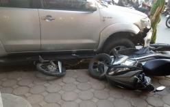 Ôtô nổ lốp đâm liên hoàn 8 xe máy, cuốn một nam thanh niên vào gầm xe