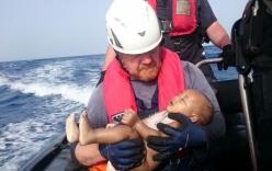 Câu chuyện về em bé nhập cư được vớt lên từ Địa Trung Hải