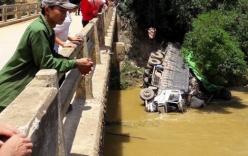 Video: Mất lái, xe tải lao thẳng xuống lòng sông