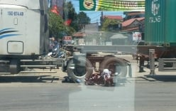 Sang đường bất cẩn, học sinh lao thẳng xe máy vào gầm xe container