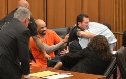 Video: Sát nhân cười khi nhận án tử, cha nạn nhân phẫn nộ lao vào đòi đánh