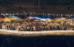 200 nhân viên dựng sàn catwalk 40 tấn rơm của NTK Đỗ Mạnh Cường