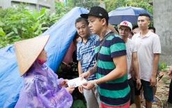 Tuấn Hưng quyên góp 800 triệu giúp đỡ ngư dân Quảng Bình