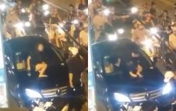 Cô gái gào khóc trèo lên nắp capô đập kính xe sang