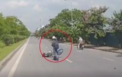 Video: Chạy ẩu, cô gái ngã xe máy trượt 10m trên mặt đường ở Hà Nội