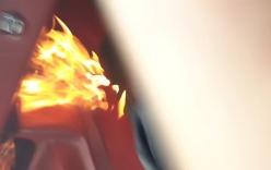 Chevrolet Camaro đột nhiên bốc cháy, thiêu rụi cabin