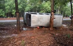 Ô tô 16 chỗ tự lật khiến 2 người thương vong