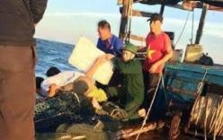 Cứu sống 3 ngư dân bám thùng xốp trôi dạt trên biển