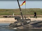 Xe tăng T-90 của Nga vượt hố sâu 5m dễ dàng