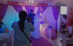 Váy cô dâu bốc cháy khi đang làm lễ cưới