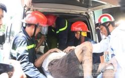 Hàng trăm người xem giải cứu người đàn ông mắc kẹt dưới cống nhà dân