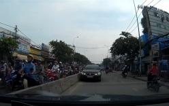 Xe sang Lexus dẫn đầu đoàn xe chạy ngược chiều tránh làn ùn tắc
