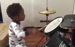 Ngạc nhiên trước màn biểu diễn trống chuyên nghiệp của cậu bé 1 tuổi