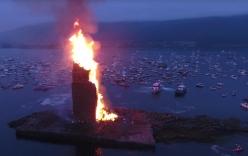 Video: Tháp lửa mừng cao nhất thế giới bùng cháy ven biển Na Uy