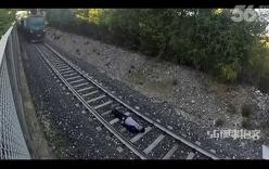 Thanh niên liều mạng nằm dưới đường ray cho tàu hỏa chạy qua