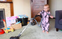 Video: Em bé làm việc nhà theo lệnh bố cực đáng yêu