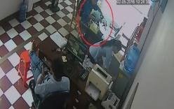 Video: Rót nước mời tên trộm, cô gái mất iPhone trong tích tắc