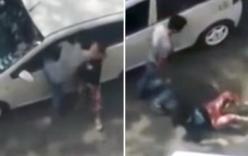 Cô gái bị đánh tới tấp trên phố, người chung quanh thản nhiên đứng xem