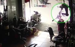 Video: Tên trộm chim bị chủ nhà rượt đuổi, bỏ chạy trối chết