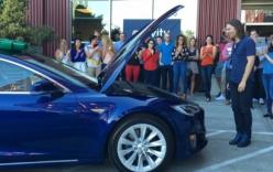 Nhân viên gom tiền mua siêu xe Tesla tặng sếp
