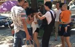 Vợ đánh ghen giữa phố, chồng lao ra cứu nhân tình