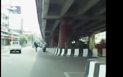 Video: CSGT Thái Lan tung chân đạp, người vi phạm bay vào gầm cầu