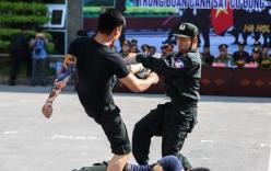 Chiến sĩ cảnh sát cơ động quật ngã 4 kẻ cầm hung khí