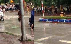 Thanh niên cầm dao đứng chặn cổng trường bị học sinh đuổi đánh