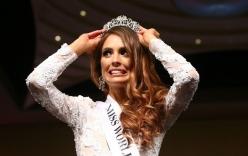 Hoa hậu Australia lộ vẻ lúng túng khi 2 lần rơi vương miện