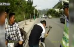 TQ: Người đàn ông dùng búa đập nát xe máy trước mặt CSGT